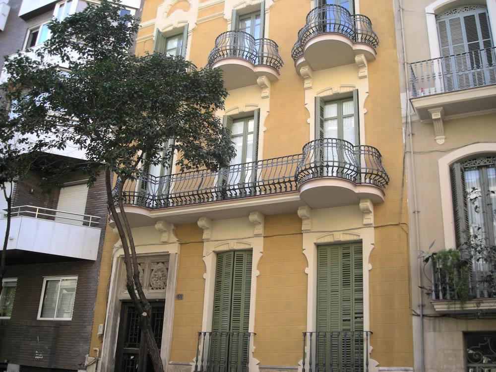 Fachada restaurada y pintada por T-MAX en Barcelona