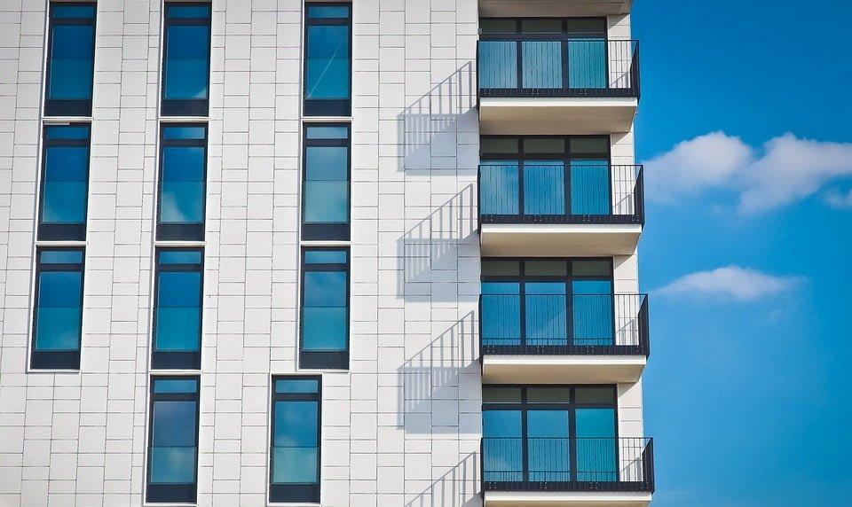 Fachada con balcones en los pisos