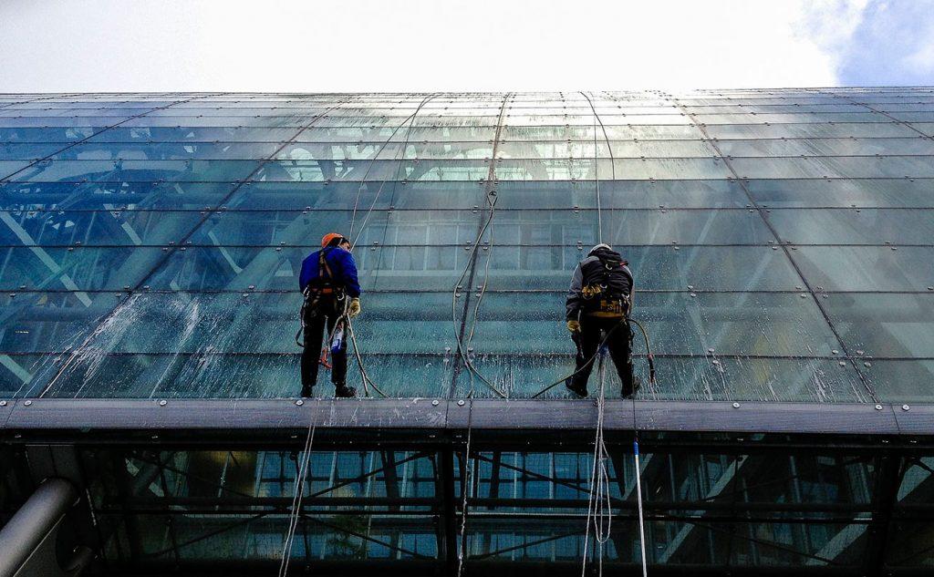 ¿Cómo limpiar las ventanas de un Edificio?