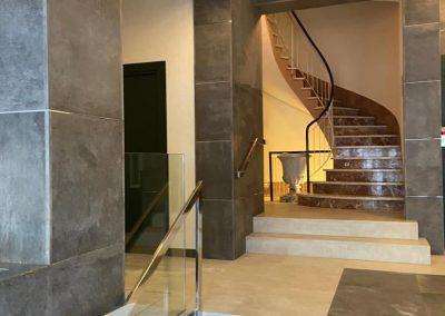 Vestíbulo reformado y escaleras nuevas